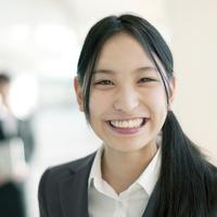 オフィスで微笑むビジネスウーマン 20027007906| 写真素材・ストックフォト・画像・イラスト素材|アマナイメージズ