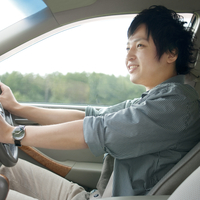 車を運転する男性 20027007911| 写真素材・ストックフォト・画像・イラスト素材|アマナイメージズ