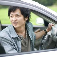 車を運転する男性 20027007913| 写真素材・ストックフォト・画像・イラスト素材|アマナイメージズ