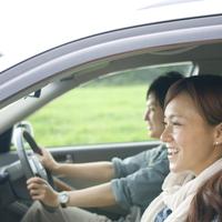 ドライブをするカップル 20027007914| 写真素材・ストックフォト・画像・イラスト素材|アマナイメージズ