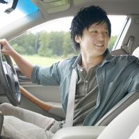 車を運転する男性 20027007915| 写真素材・ストックフォト・画像・イラスト素材|アマナイメージズ