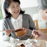 和食を食べるシニア夫婦