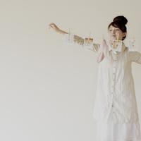 ポラロイドの写真と靴下を吊り下げたひもを持つ女性 20027008098| 写真素材・ストックフォト・画像・イラスト素材|アマナイメージズ