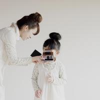 ポラロイドカメラで写真を撮る親子