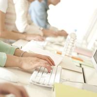 パソコンのキーボードを打つ手元 20027008105| 写真素材・ストックフォト・画像・イラスト素材|アマナイメージズ