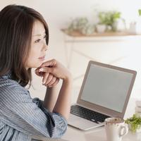 パソコンの前で考え事をする女性 20027008321| 写真素材・ストックフォト・画像・イラスト素材|アマナイメージズ