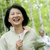ジョギングをするシニア女性