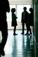 廊下で談笑する大学生