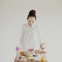 たくさんのお菓子を前に微笑む女性 20027008599| 写真素材・ストックフォト・画像・イラスト素材|アマナイメージズ