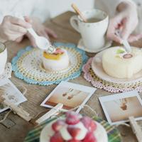 ケーキを食べる親子の手元とポラロイド写真