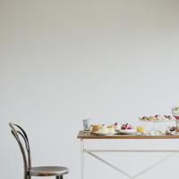テーブルの上に並ぶたくさんのお菓子