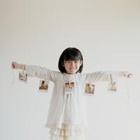 ポラロイド写真を持つ女の子