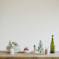テーブルの上に並ぶクリスマスグッズ