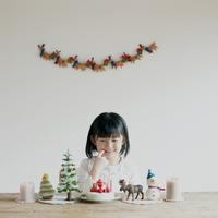 クリスマスケーキを見て微笑む女の子