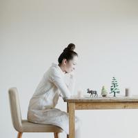 クリスマスグッズを見つめる女性 20027008616| 写真素材・ストックフォト・画像・イラスト素材|アマナイメージズ