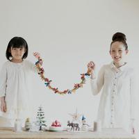 クリスマスグッズを持ち微笑む親子 20027008617| 写真素材・ストックフォト・画像・イラスト素材|アマナイメージズ