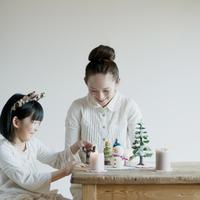クリスマスグッズで遊ぶ親子 20027008619| 写真素材・ストックフォト・画像・イラスト素材|アマナイメージズ