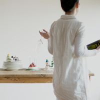クリスマスパーティーの準備をする女性 20027008624| 写真素材・ストックフォト・画像・イラスト素材|アマナイメージズ