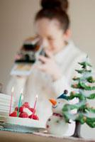 クリスマスグッズの写真を撮る女性 20027008626| 写真素材・ストックフォト・画像・イラスト素材|アマナイメージズ