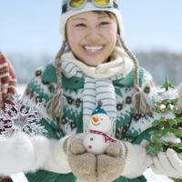 クリスマスグッズを持ち微笑む女性 20027008627| 写真素材・ストックフォト・画像・イラスト素材|アマナイメージズ