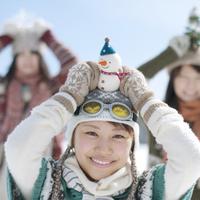 雪だるまを頭に乗せ微笑む女性 20027008628| 写真素材・ストックフォト・画像・イラスト素材|アマナイメージズ