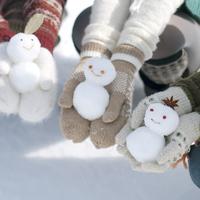 雪だるまを持つ手元