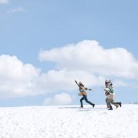 雪原を走る3人の女性 20027008634| 写真素材・ストックフォト・画像・イラスト素材|アマナイメージズ