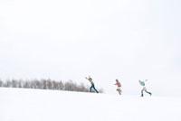 雪原を走る3人の女性 20027008635| 写真素材・ストックフォト・画像・イラスト素材|アマナイメージズ