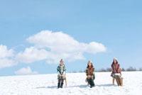 雪原で椅子に座る3人の女性 20027008636| 写真素材・ストックフォト・画像・イラスト素材|アマナイメージズ