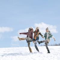 雪を蹴る3人の女性 20027008637| 写真素材・ストックフォト・画像・イラスト素材|アマナイメージズ