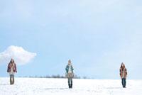 雪原に立つ3人の女性 20027008640A| 写真素材・ストックフォト・画像・イラスト素材|アマナイメージズ