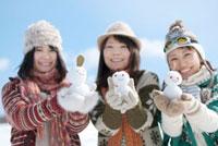 雪だるまを持つ3人の女性