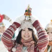 門松を頭の上に乗せ微笑む女性