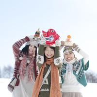 お正月グッズを持ち微笑む女性 20027008648A| 写真素材・ストックフォト・画像・イラスト素材|アマナイメージズ