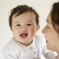 赤ちゃんを抱く母親 20027008845| 写真素材・ストックフォト・画像・イラスト素材|アマナイメージズ