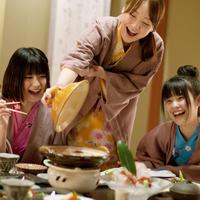 旅館の食事を楽しむ3人の女性