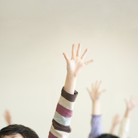 手を挙げる小学生の手元