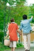 買い物かごを持ち歩くカップルの後姿