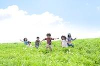 草原を走る小学生