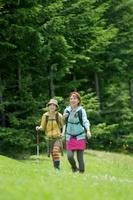 山道を歩く2人の女性 20027009040| 写真素材・ストックフォト・画像・イラスト素材|アマナイメージズ