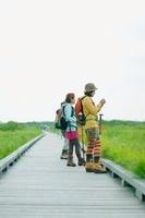 遊歩道で景色を眺める女性