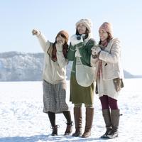 雪原ではしゃぐ3人の女性 20027009077| 写真素材・ストックフォト・画像・イラスト素材|アマナイメージズ