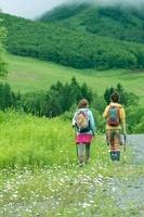 山道を歩く2人の女性の後姿