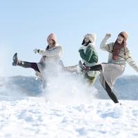 雪を蹴る3人の女性