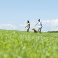 犬の散歩をするシニア夫婦 20027009090| 写真素材・ストックフォト・画像・イラスト素材|アマナイメージズ