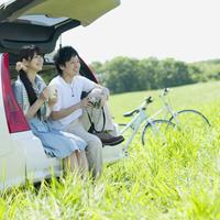 車の荷台に座るカップル