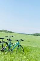 草原に並ぶ2台の自転車 20027009118| 写真素材・ストックフォト・画像・イラスト素材|アマナイメージズ
