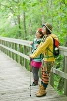 柵に寄りかかり景色を眺める女性