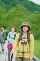 遊歩道で微笑む女性