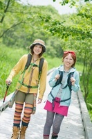 遊歩道を歩く2人の女性 20027009149| 写真素材・ストックフォト・画像・イラスト素材|アマナイメージズ